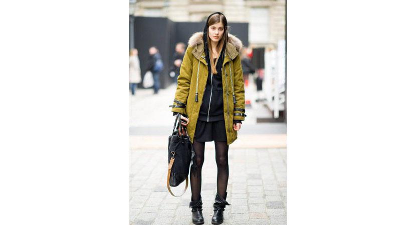 Фото черной толстовки на молнии с курткой