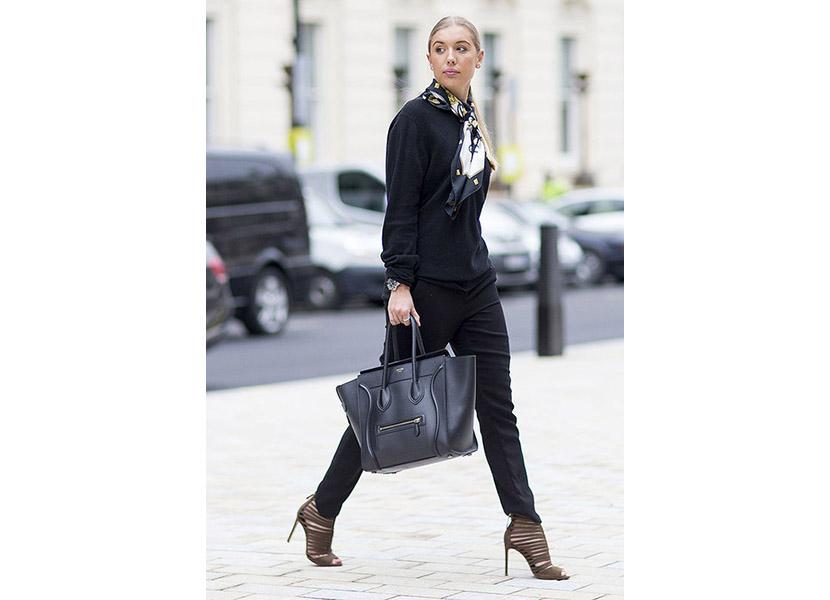Фото черной толстовки с черными брюками и босоножками