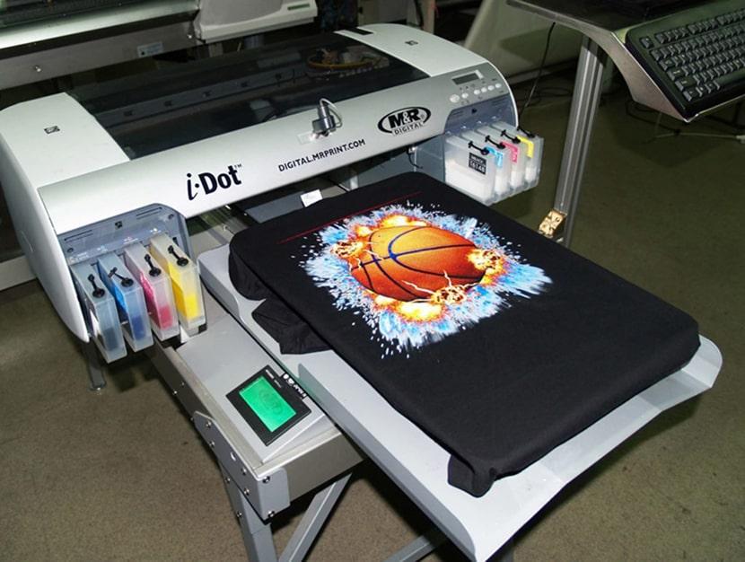 Фото принтера для прямой цифровой печати изображений на футболках