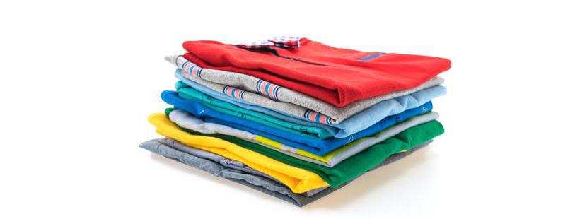 Фото аккуратно сложенных разноцветных футболок поло