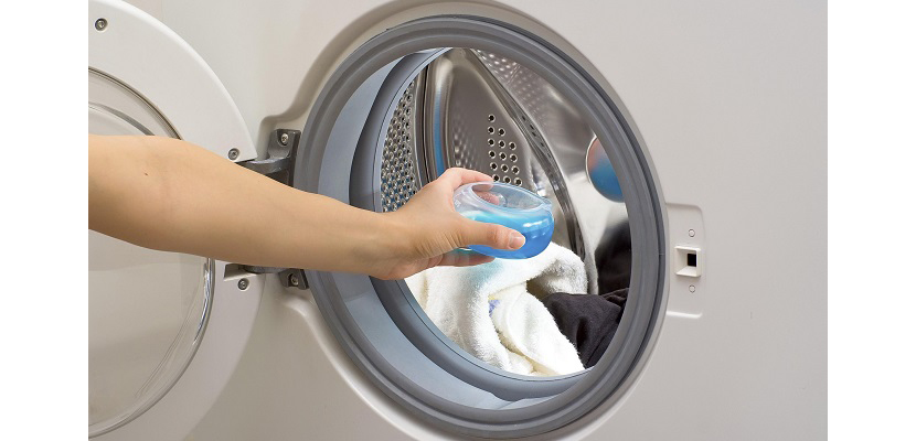 Фото с заливанием жидкого порошка в барабан стиральной машины для стирки куртки