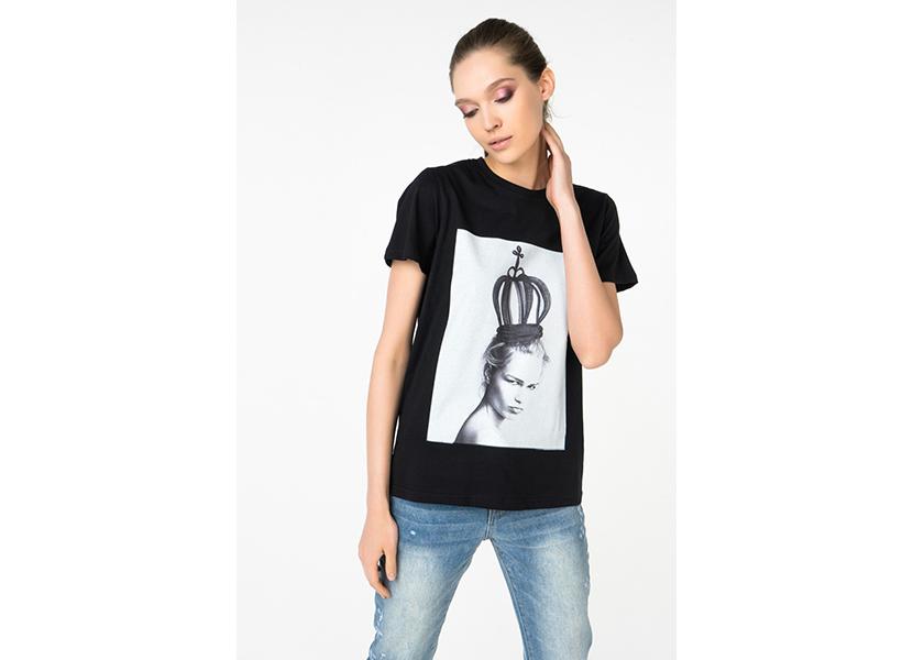 Изображение девушки в футболке со стильным фото