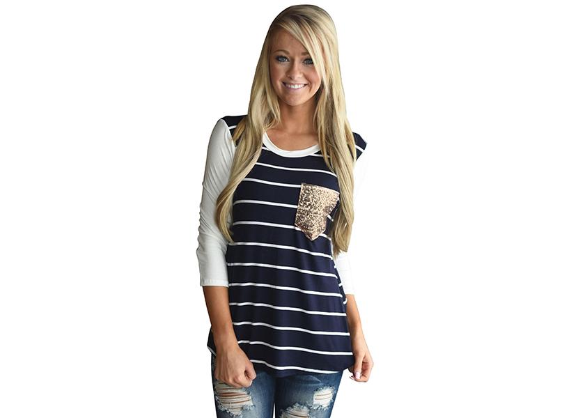 Картинка с девушкой в футболке с удлиненным рукавом