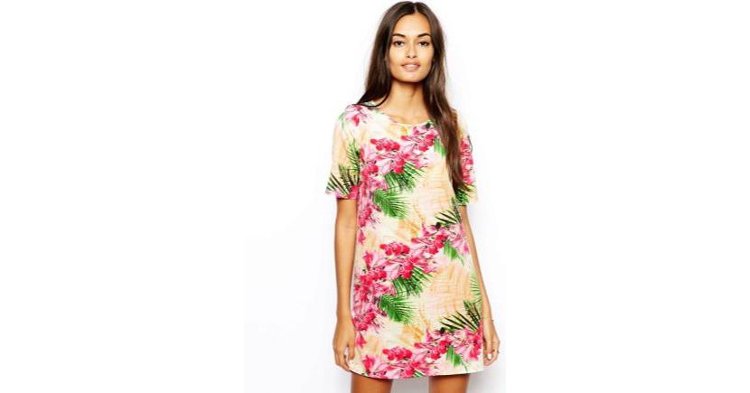 Картинка с девушкой в модном удлиненном платье футболке