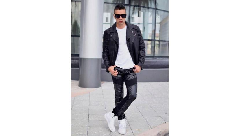 Фото мужского образа в белой толстовке, кожаных брюках и косухе