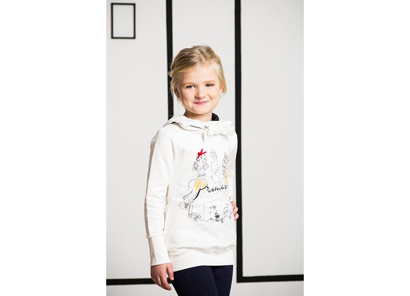 Фото белой толстовки с ярким принтом для девочки