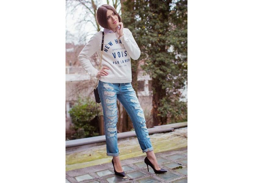 Фото лука с белой толстовкой, рванными джинсами и туфлями на шпильке