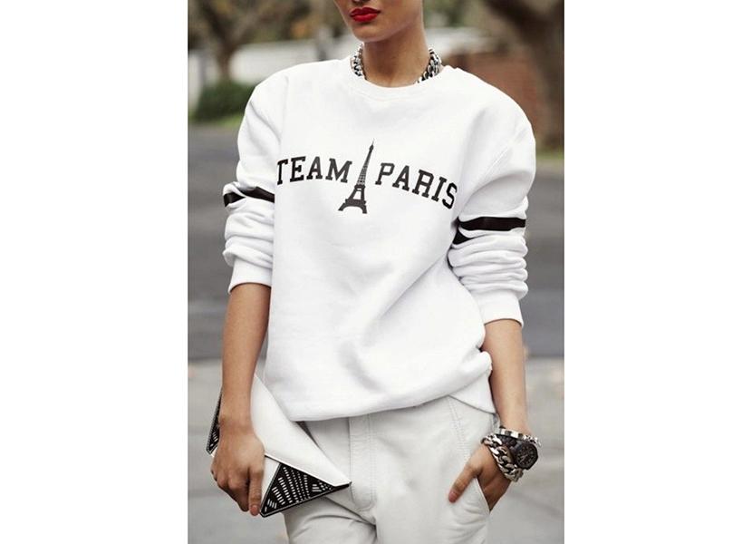 Изображение стильного лука с белой толстовкой, брюками и клатчем