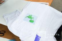 Белые детские футболки-поло с изображением зеленого динозаврика