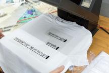 Белые футболки с надписью «Я представляю архитектурный факультет»