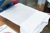Белая футболка с картинкой и надписью «LOUIS BIDON»