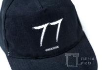 Черные бейсболки с текстом «77 creative»