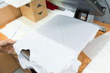 Белые футболки с логотипом «Думай громче»