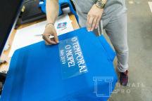 Голубые футболки-поло с логотипом и надписью «O TEMPORA!»