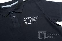 Черные футболки-поло с логотипом в виде геометрических фигур