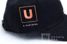 Кепки с логотипом «U&Partners»