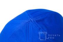 Синие бейсболки с логотипом в виде двухцветного пятиугольника