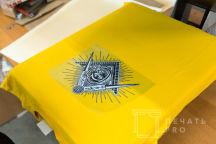 Желтые футболки с изображением в виде знака масонов