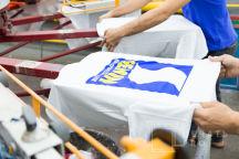 Белые футболки с логотипом белой фигуры на синем фоне