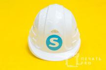 Белые пластиковые каски с надписью и логотипом «STALOGISTIC»