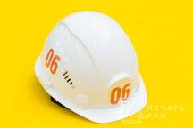 Белые каски с оранжевыми порядковыми номерами