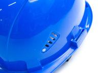 Синяя каска с логотипом красно-белого цвета