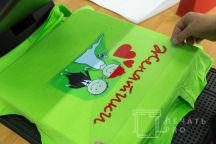 Зеленые футболки с надписью «ПРЕССА забега женатики»
