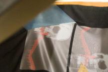Черная футболка с принтом с кровавыми черепами