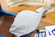Серые бейсболки с логотипом «МонолитСтрой»