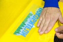 желтые футболки с логотипом «ПОКОРИТЕЛИ»