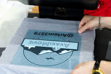 Серая футболка с логотипом «AvakiMovie»