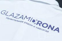 Белые футболки-поло с логотипом «GLAZAMI DRONA»