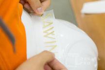 Белые пластиковые каски с надписью «SAWIN »