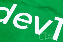 Нанесение текста «dev1» на зеленые футболки
