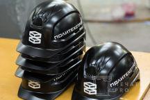 Черные каски с логотипом «Политехстрой»