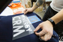 Синие свитшоты с логотипом «CYNERGY CRM»