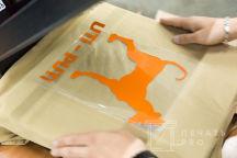 Кремовыя футболка с изображением силуэта собаки