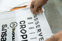 Белые футболки с текст «LPP»