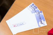 Белые кружки с логотипом «CDK»