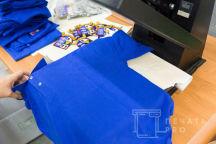 Синие футболки-поло с изображением «Floreat Nostra Schola»