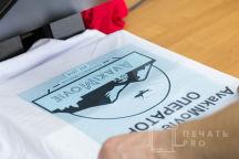 Белая футболка с логотипом «AvakiMovie»