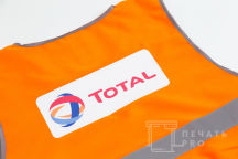 Оранжевые сигнальные жилеты с логотипом «TOTAL»