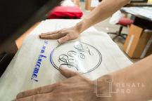 Кремовых сумки с надписю «ПЕА»