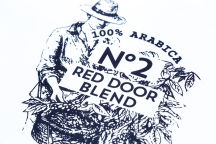 Белая футболка с логотипом «RED DOOR BLEND»