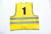 Желтый сигнальный жилет с цифрой «1»
