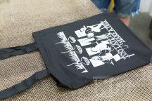 Черные сумки с принтом и надписью «Too Late To Make A Fast»