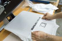 Белые футболки-поло с логотипом в виде геометрических фигур