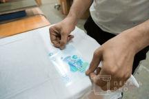 Белые футболки с логотипом в виде голубых клякс