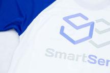 Белые с синими рукавами футболки с лого и надписью «SmartSend»