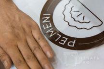 Белые фартуки с логотипом «PELMENI»